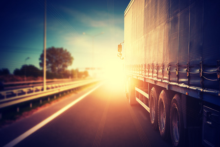 szállítás: teherautó autó az autópályán Stock fotó