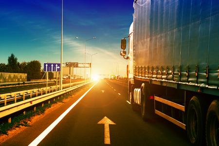 caminhão em um fundo movimento velocidade de rodovia Banco de Imagens