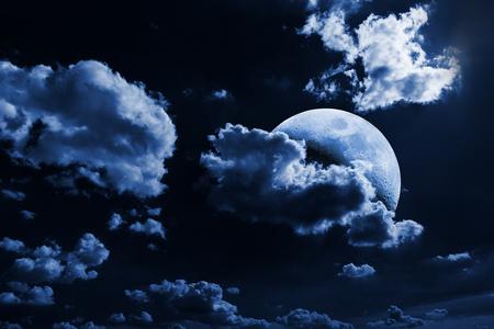 completo: Cielo nocturno con las estrellas y la luna Foto de archivo