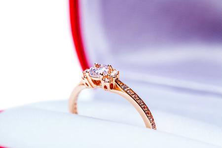 anillo de compromiso: cuadro awedding para el anillo est� aislado en un fondo blanco