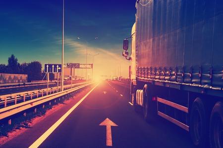 cami�n: cami�n en una autopista Foto de archivo