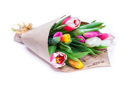 het boeket van tulpen is verpakt in een papieren geïsoleerd op een witte achtergrond Stockfoto