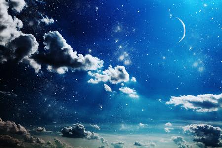 noche y luna: Cielo nocturno con las estrellas y la luna llena de fondo