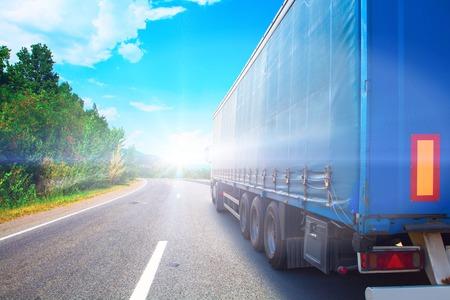Vrachtwagen op een snelweg Stockfoto - 52683617