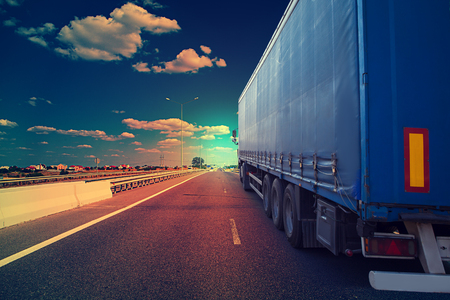 truck on a highway Banque d'images