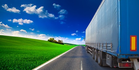 truck on a highway Imagens