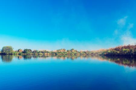 Forêt pittoresque et la rivière Banque d'images - 72676247
