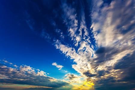 Ciel nuages, ciel avec nuages ??et soleil Banque d'images - 72676245