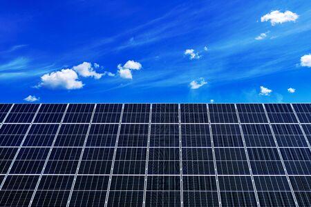 Solar Panels Against The Deep Blue Sky Banque d'images