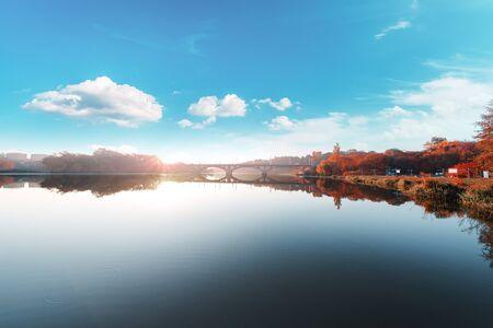 Bridge crosses river. autumn morning. Banque d'images - 135491724