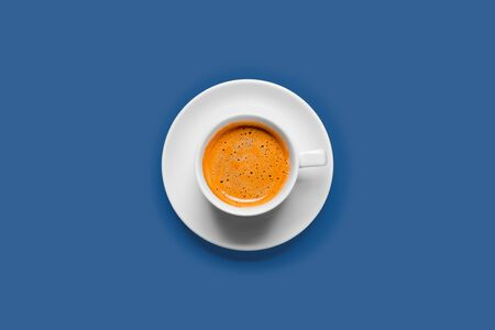 Black coffee in a cup on a blue background Banque d'images - 137370905