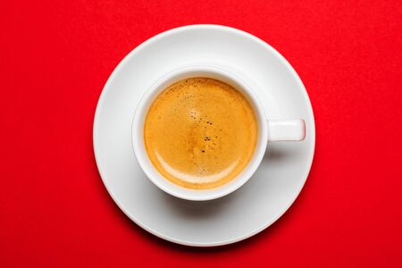Black coffee in a cup on a red background Banque d'images