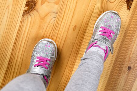 child in sneakers on wooden background Banque d'images - 137371250