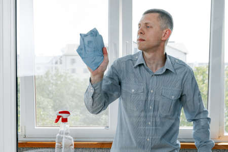 a man washes the windows. House cleaning 免版税图像