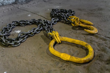 heave: Metal chain with yellow hooks