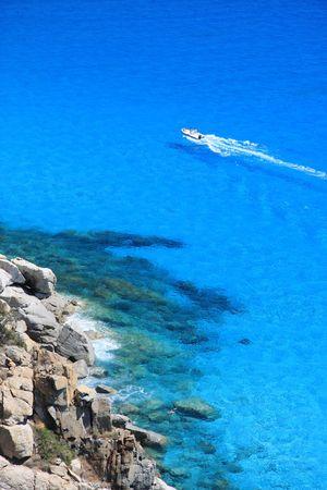 sardaigne: Sur l'eau bleu fonc� - Sardaigne - Italie Banque d'images