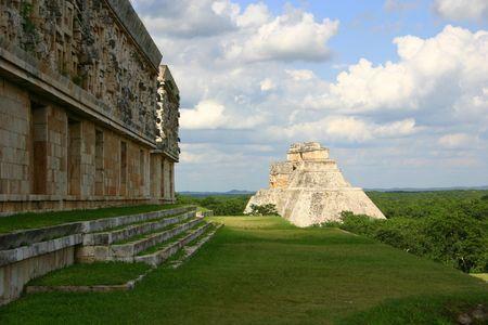 Las ruinas del Palacio del Gobernador, con vistas panorámicas de la Pirámide del Mago en el sitio arqueológico de Uxmal, México Foto de archivo
