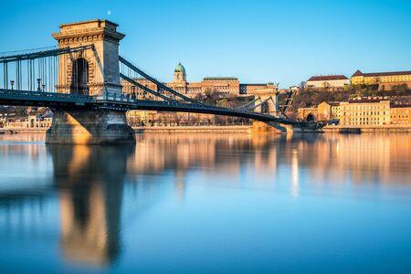 Zamek w Budapeszcie i słynny Most Łańcuchowy w Budapeszcie wczesnym rankiem. Skoncentruj się na moście. Zdjęcie Seryjne