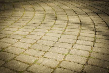 Chaussée disposée en demi-cercle de pierres lisses. Pavé, tuile, demi-cercle et cercle. Banque d'images - 79324040