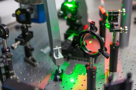 테스트 벤치에있는 레이저 연구 스톡 콘텐츠