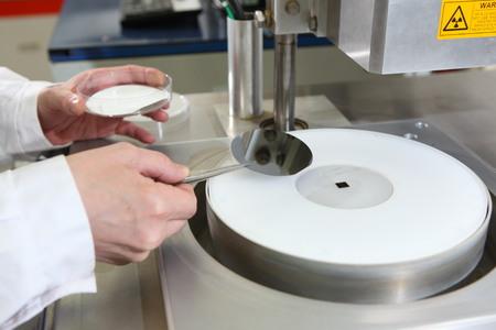 equipos de investigación en el laboratorio de semiconductores