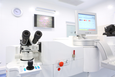 레이저 시력 교정 동작시키는 장비 스톡 콘텐츠