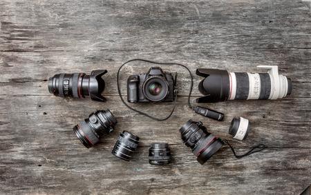 Fotografische apparatuur op een oud bord Stockfoto - 91192691