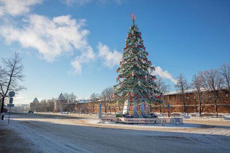 Nizhny Novgorod. Minin square in winter and Christmas tree, Sunny day, blue sky Foto de archivo