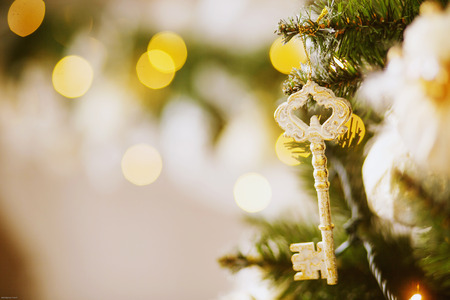 Key hanging on a Christmas tree Banque d'images