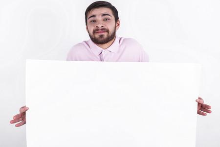 hoja en blanco: hombre caucásico feliz presenta el mensaje a la gente