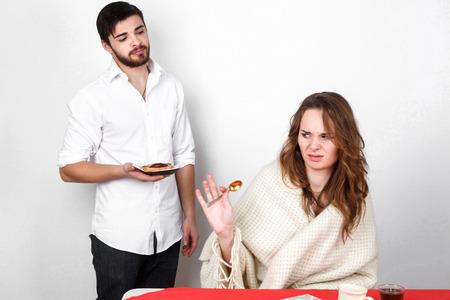 ragazza innamorata: coppia famiglia felice che mangia Breakfest a San Valentino Archivio Fotografico