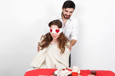 enamorados en la cama: Surprise eating breakfest on valentines day