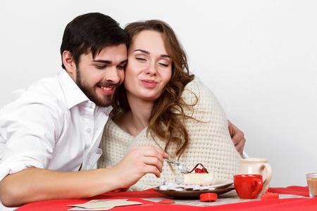 marido y mujer: pares de la familia feliz que come el desayuno en el d�a de San Valent�n Foto de archivo