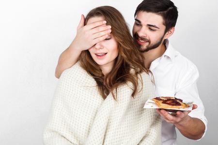 femme romantique: couple Happy family manger breakfest sur Saint Valentin
