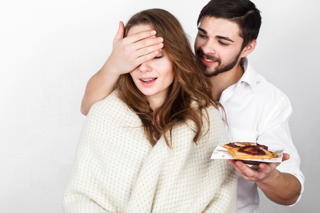 desayuno romantico: pares de la familia feliz que come el desayuno en el d�a de San Valent�n Foto de archivo
