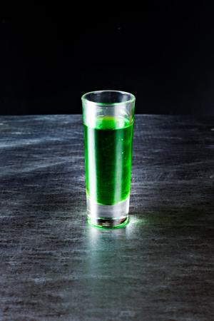 ajenjo: licor de color verde fuerte y absenta en un vaso pequeño Foto de archivo