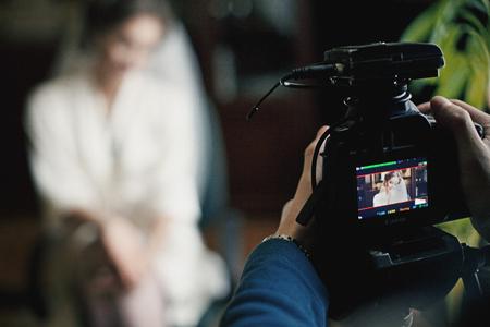 Knappe bruidegom fotograferen op digitale camera van mooie bruid Stockfoto