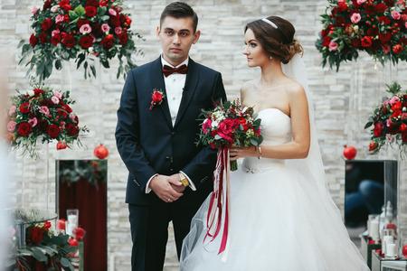 Sposa sembra sognante al fidanzato tra i mazzi rossi