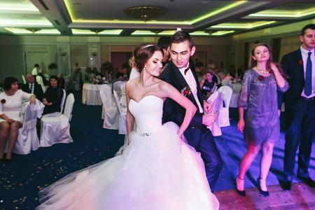 Newlyweds divertirsi mentre la danza Archivio Fotografico