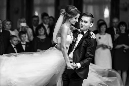 Fiance turns bride around in a dance Stockfoto