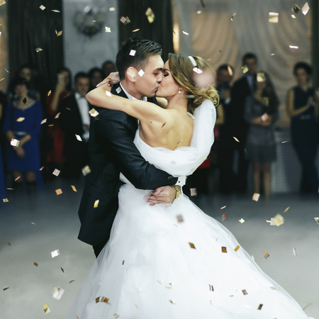 Just married kiss in the thick smoke and the rain of confetti Stockfoto