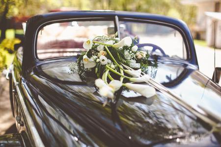 callas: Vintage black car decorated with callas for a wedding trip