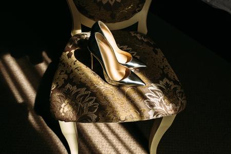pies bonitos: zapatos de novia de plata fabulosos en la silla