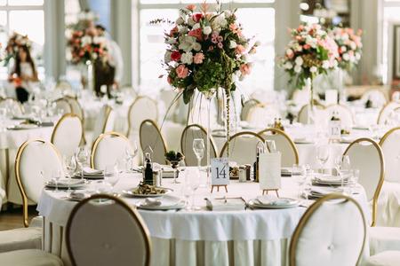 白の高級レストランが結婚式を準備します。 写真素材