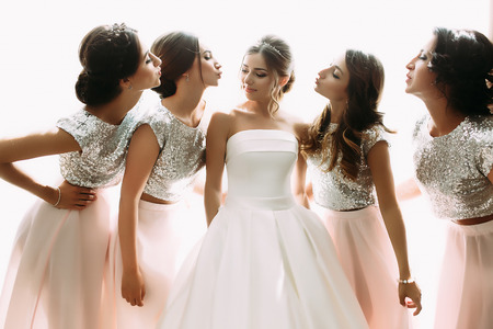 Bright photo of the bride and bridesmaids in the room Stockfoto