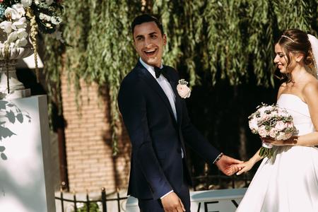 結婚式の花嫁の横にある幸せな新郎