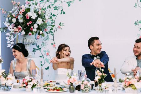Amusement du couple marié lors de la fête de mariage