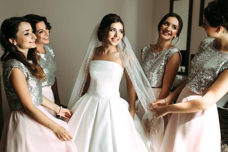 Mooie bruid en haar mooie bruidsmeisjes
