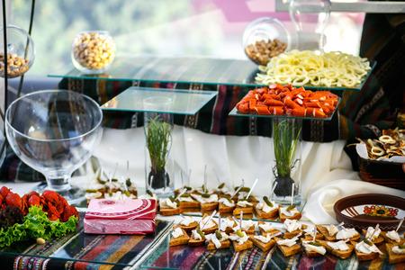 carnes y verduras: La mesa de banquete con aperitivos Foto de archivo