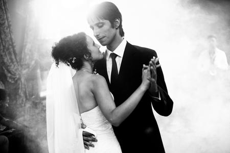 Schwarz-Weiß-Bild von atemberaubenden Hochzeitspaar tanzen in den Rauch